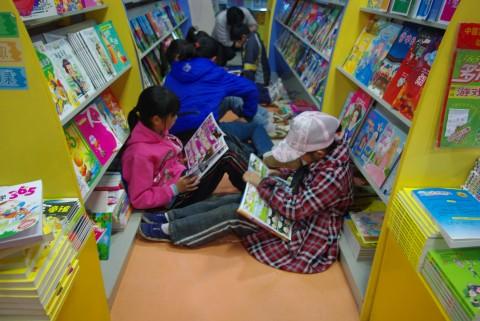 光谷书城读书的孩子 拍摄:孟繁永